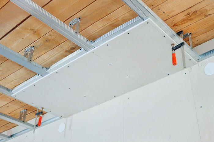 облицовка деревянного потолка гипсокартоном