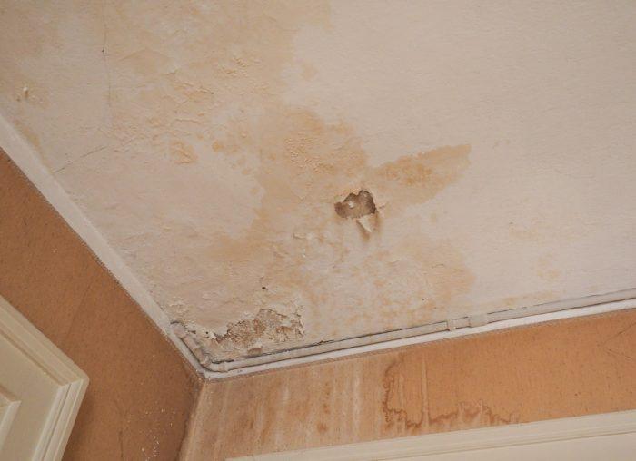 повреждение потолка