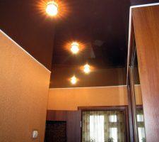 темный потолок