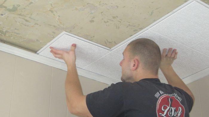 монтаж плитки на потолок