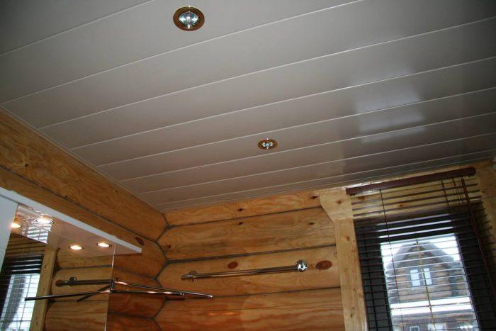 выравнивание потолка панелями из ПВХ