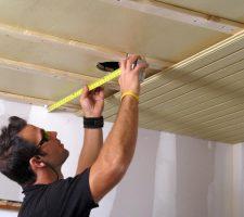 выравнивание потолка рейкой