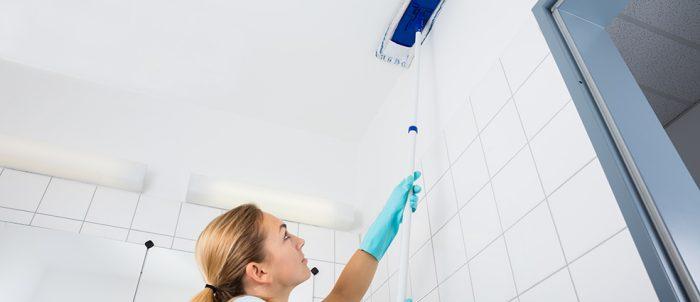 чистка потолка из пвх панелей