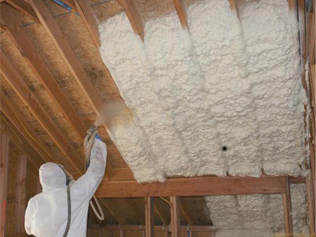 утепление потолка напылением