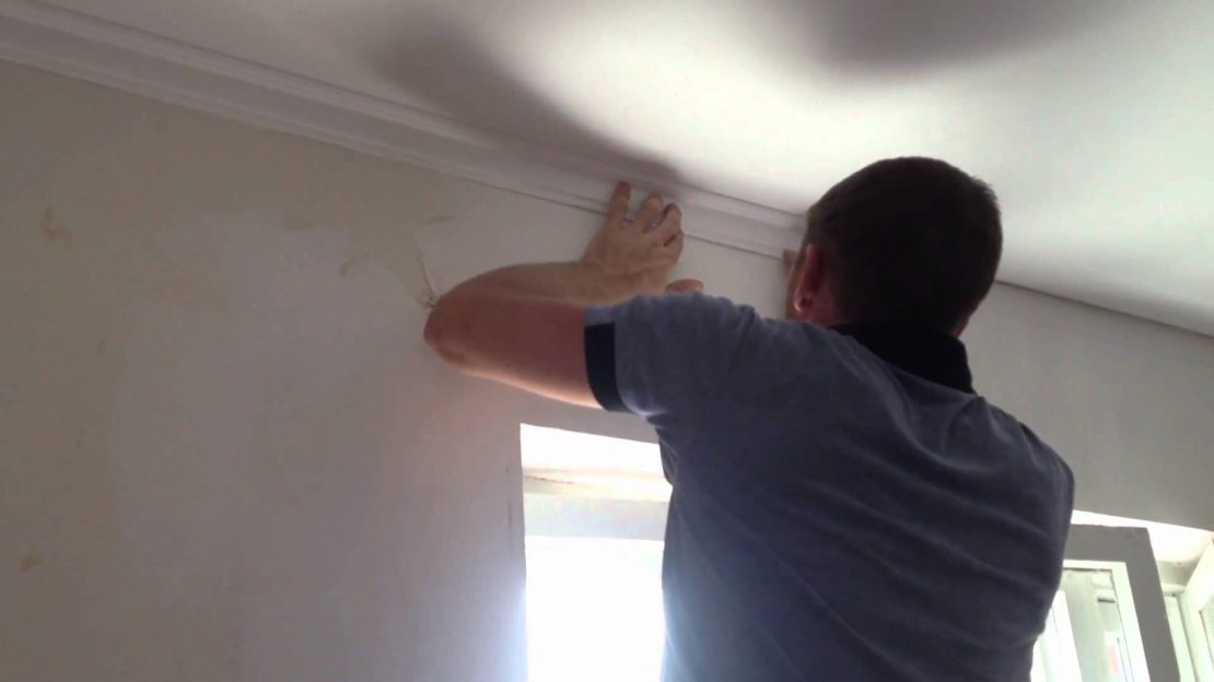 установка плинтуса на потолок