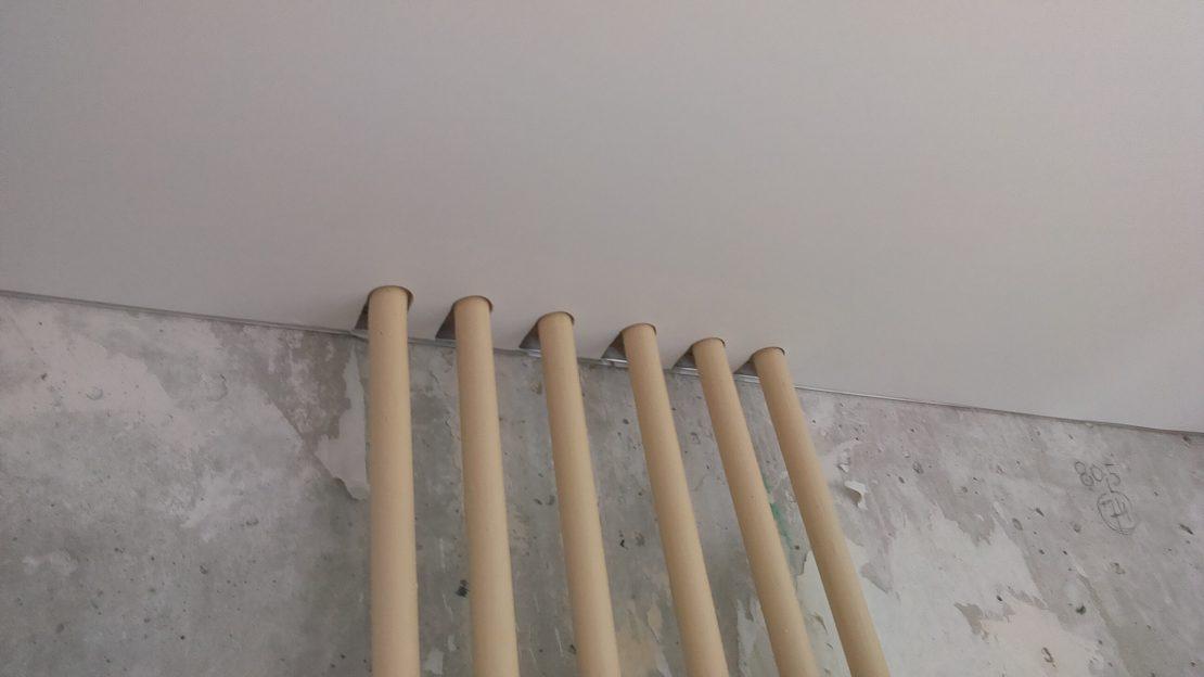 отверстие в натяжном потолке для труб