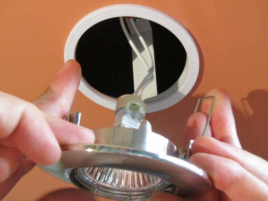 отверстие в натяжном полотне для светильников