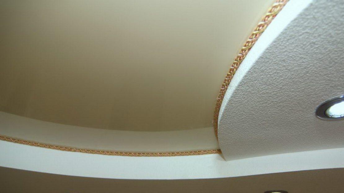 канат, установленный вместо потолочного плинтуса